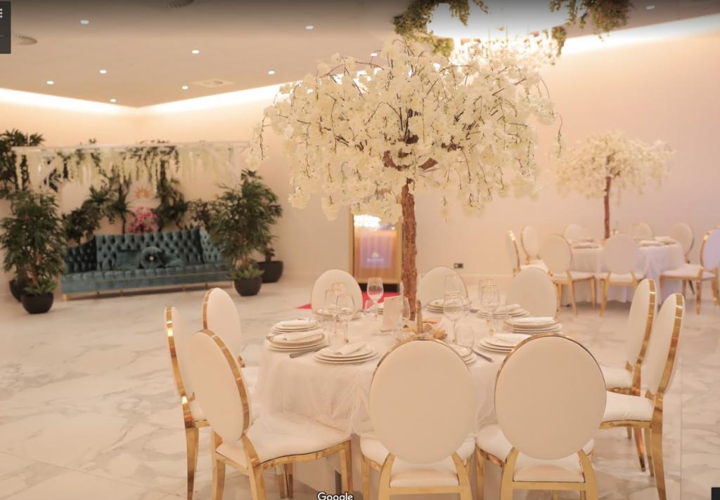 Witte tafel met witte bloesem boom